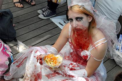 Japan Expo 2011: une mariée zombie mange une salade