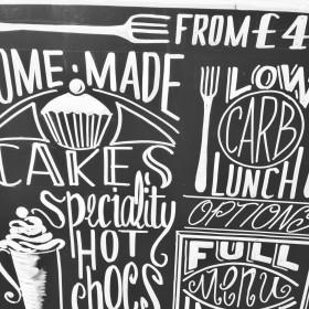 Superbe calligraphie devant un coffee shop