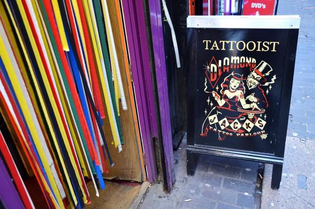 Un tatoueur à Soho, à Londres
